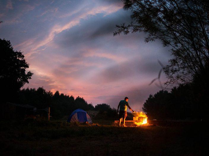 kampvuur op bivakzone Kleit, Bivakzone Kleit nabij het drongengoedbos, landschapspark drongengoed, Kleit. Legaal kamperen in België, legaal kamperen in Oost-Vlaanderen, West-Vlaamse landschapsfotograaf Glenn Vanderbeke